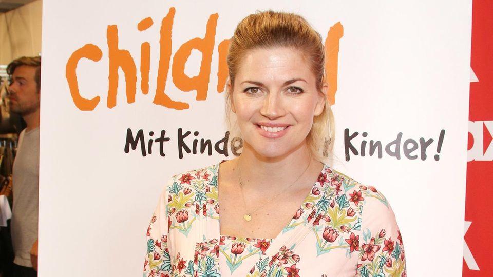 Weil sie ihr Kind stillte, musste Moderatorin Nina Bott ein Café in Hamburg verlassen