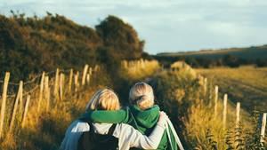 Zwei Freundinnen auf eine Feldweg