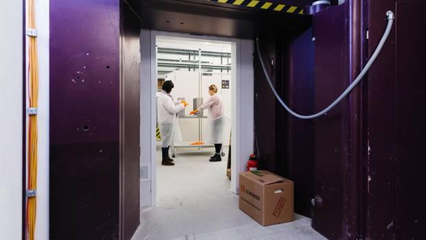 Die Server befinden sichin einemTresorraum, wo früher Geld und Gold lagerten: 20 Meter unter der Erdoberfläche, hinter einer lilafarbenen, tonnenschweren Tür