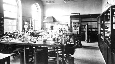 Das chemische Forschungslabor von Merck im Jahre 1936: Das Chemie- und Pharmaunternehmen mit Sitz in Darmstadt kann auf eine lange Tradition zurückblicken. Die deutsche Merck und das US-Pharmaunternehmen Merck & Co. gehen auf die Industriellen-Familie Merck zurück. Die Merck Kommanditgesellschaft auf Aktien ist mehrheitlich in Familienbesitz. Gegründet wurde die Firma 1668 von Jakob Merck als Engelapotheke in Darmstadt, aus dersich schnell einpharmazeutisch-chemisches Unternehmen entwickelte.