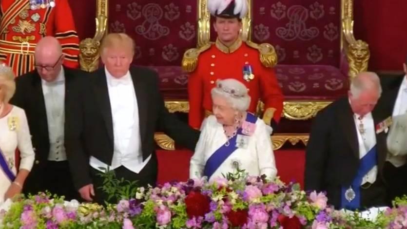 Fauxpas: Trump und die Queen: Hat er sie berührt?