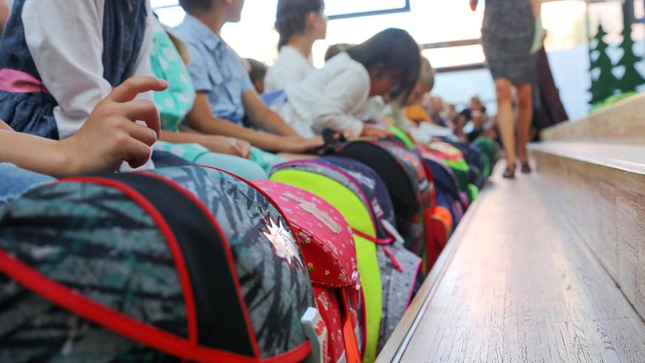 Mehrere Kinder sitzen am 22.08.2018 in einer Schule in Wedel (Schleswig-Holstein) bei der Einschulungsfeier.