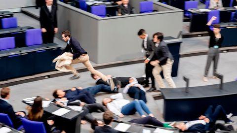 """Bei """"Jugend im Parlament"""" - Klima-Aktivisten stellen sich im Bundestag tot"""