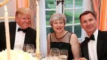 US-Präsident Donald Trump (l.) hat den britischen Außenminister Jeremy Hunt (r.) als Nachfolger von Premierministerin Theresa May (M.) empfohlen