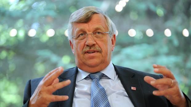 Wer den Kasseler Regierungspräsident Walter Lübcke (Archivbild von 2012) getötet hat, ist bislang unklar