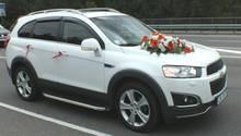 Eine Fahrt in einem blumengeschmückten Autogehörtfür viele Paare zu einer Hochzeit dazu.