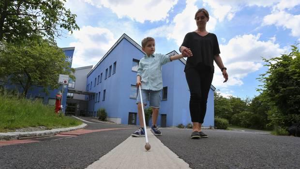 Sehbehindertentag: Der taubblinde Lucas orientiert sich mithilfe eines Langstocks