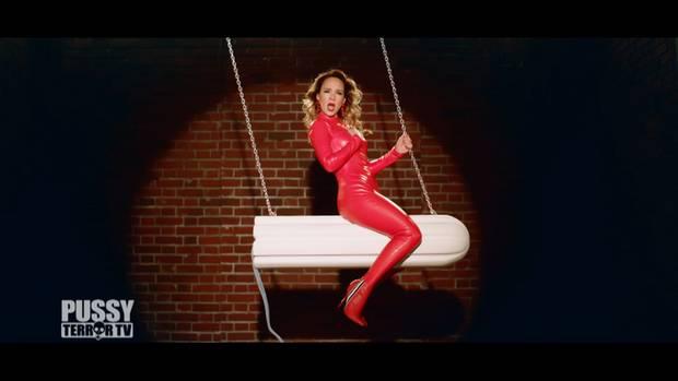 "Carolin Kebekus im Video zu ""Menstruation"""