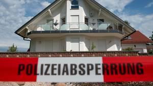 Absperrband vor dem Haus des verstorbenen Kasseler Regierungspräsidenten Walter Lübcke