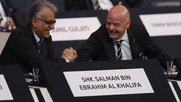 Gianni Infantino freut sich mit dem Fifa-Council-MitgliedSalman Bin Ebrahim Al Khalifa (l.) über seine Wiederwahl