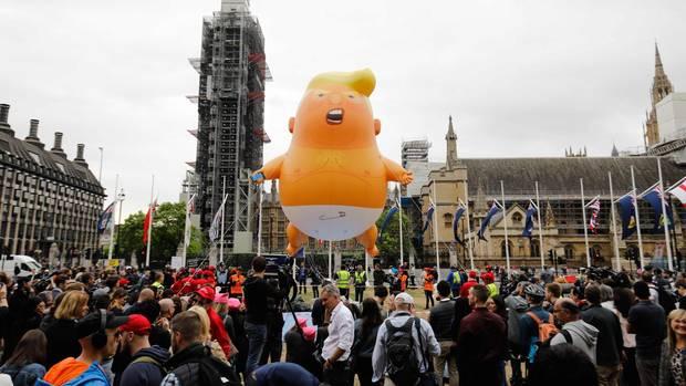 Vor dem Parlamentsgebäude lassen Aktivisten wie schon beim Besuch des US-Präsidenten vor einem Jahr einen riesigen Ballon in Form eines Trump-Babys mit Windeln aufsteigen