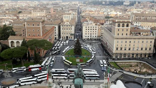 Massenandrang in Rom: Touristenbusse blockieren die Piazza Venezia, unweit des Kapitolshügels