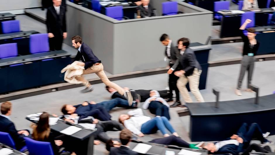 """Jugendparlament: Kilmaaktivsten stürmen Bundestag und stellen sich tot – Schäuble: """"Bleiben Sie ruhig liegen"""""""