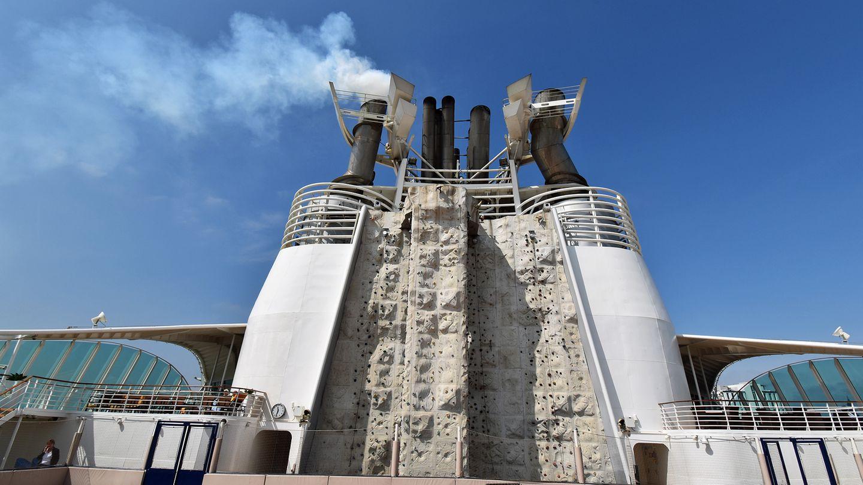 Kletterwand im Windschatten desrauchenden Schornsteins auf einem Kreuzfahrtschiff von Royal Caribbean International