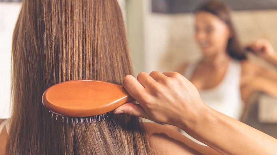 Durch regelmäßiges Bürsten wird die Durchblutung der Kopfhaut angeregt