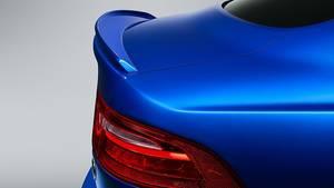 Der Heckspoiler am Jaguar XE SV Project 8 Touring sieht deutlich ziviler aus, ...