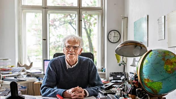 Christian Ströbele, 79, am Schreibtisch in seiner Berliner Wohnung