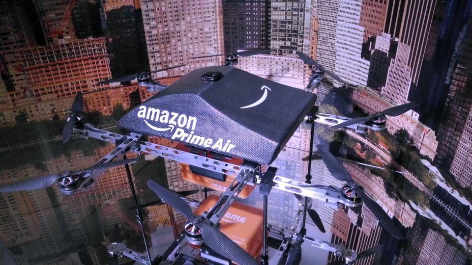 """Eine als Paketlieferant konzipierte Drohne des Online-Versandhändlers Amazonim Museum für See-, Luft- und Raumfahrt auf dem Flugzeugträger """"Intrepid"""" in New York."""
