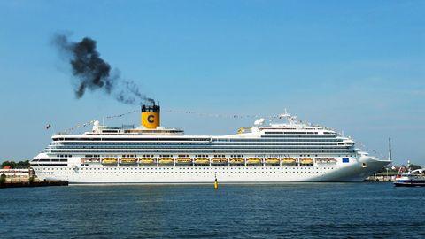 """Die """"Costa Fortuna"""" im Hafen mit Abgaswolke"""