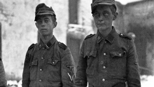 Der Kommandeur 12. SS Panzerdivision änderte die Versorgung. Mit Weinbrand und Zigaretten konnten die Kindersoldaten nichts anfangen, für sie kamen Kekse und Schokolade.