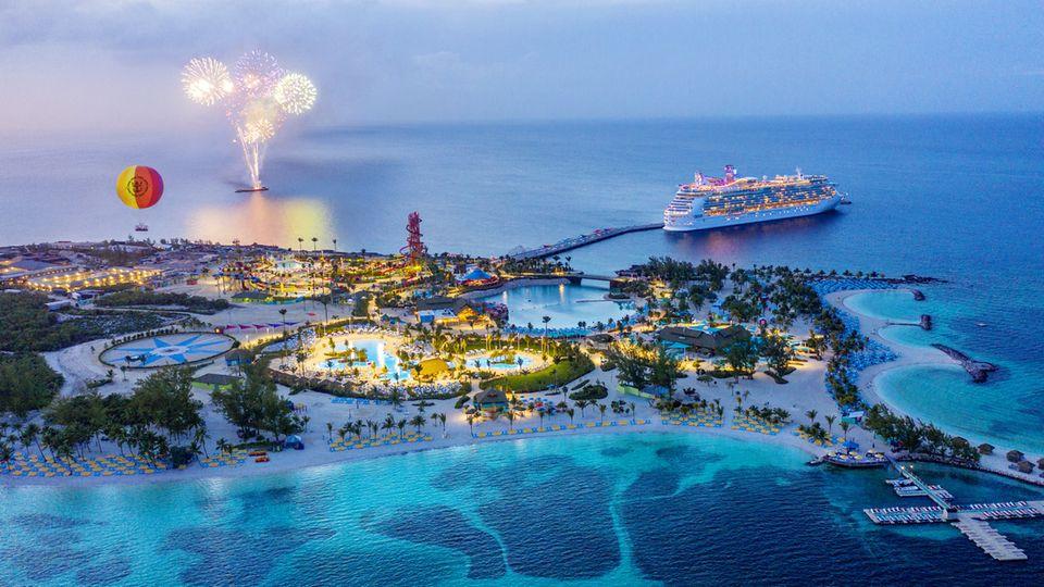 Gegen Abend legen die biszu zwei Schiffe, die am Pier festmachen können, wieder ab und machen Platz für weitere Ozeanliner der Reederei Royal Caribbean International, die am nächsten Morgen eintreffen werden.