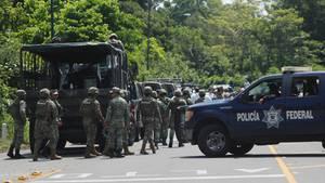 Mitglieder der Militärpolizei formieren sich auf der Autobahn in Metapa, wo eine Gruppe Migranten erwartet wird