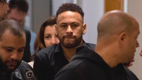 Neymar verlässt nach seiner Aussage eine Polizeistation in Rio de Janeiro
