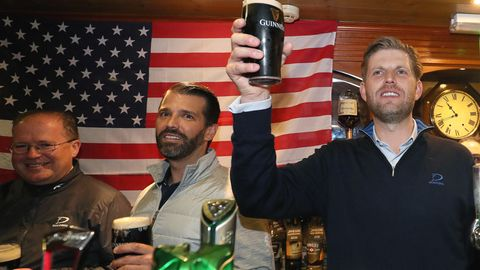 Eric Trump (r.) und Donald Trump Junior hinter der Theke der Tubridys Bar in Doonbeg in Irland