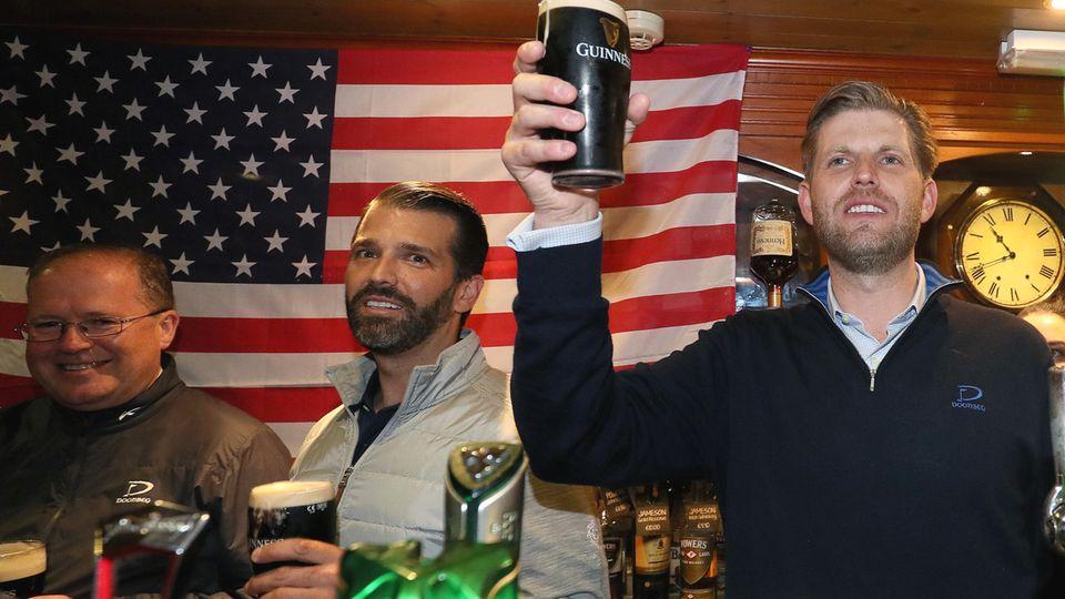 Eric Trump (r.) und Donald Trump Juniorhinter der Thekeder Tubridys Bar in Doonbeg in Irland