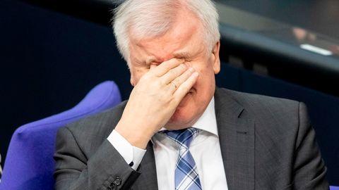 Bundesinnenminister Horst Seehofer reibt sich im Bundestag die Augen. Angesichts seiner jüngsten Aussagen rieben sich vielleicht auch einige Zuhörer die Augen