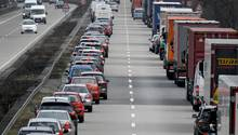 Eine Rettungsgasse wird auf einer Autobahn gebildet