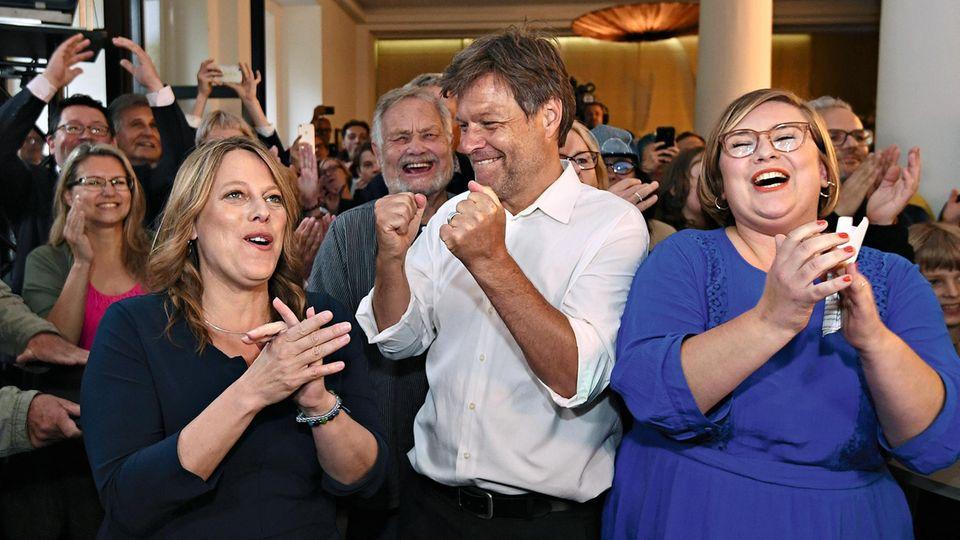Läuft auch in Bremen: Habeck auf der Wahlparty der Grünen mit der Spitzenkandidatin Maike Schaefer (links)