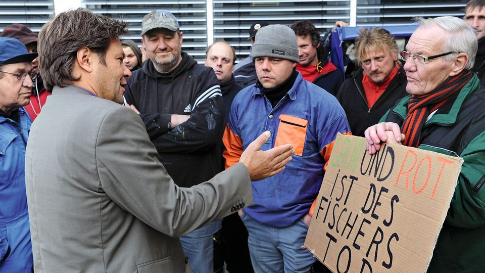 Kompromisse auch mal gegen die reine Lehre der Grünen: Habeck in der Diskussion mit protestierenden Fischern