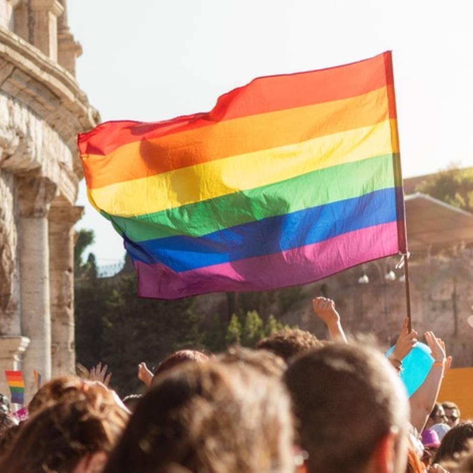 Free Mum-Hugs: Frau verteilt Umarmungen auf Pride-Parade an Fremde – aus einem traurigen Grund