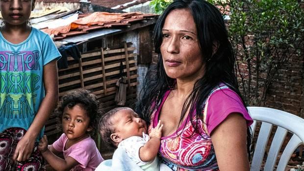 Rosas Mutterlebt in einem Slum Paraguays und hat drei weitere Kinder