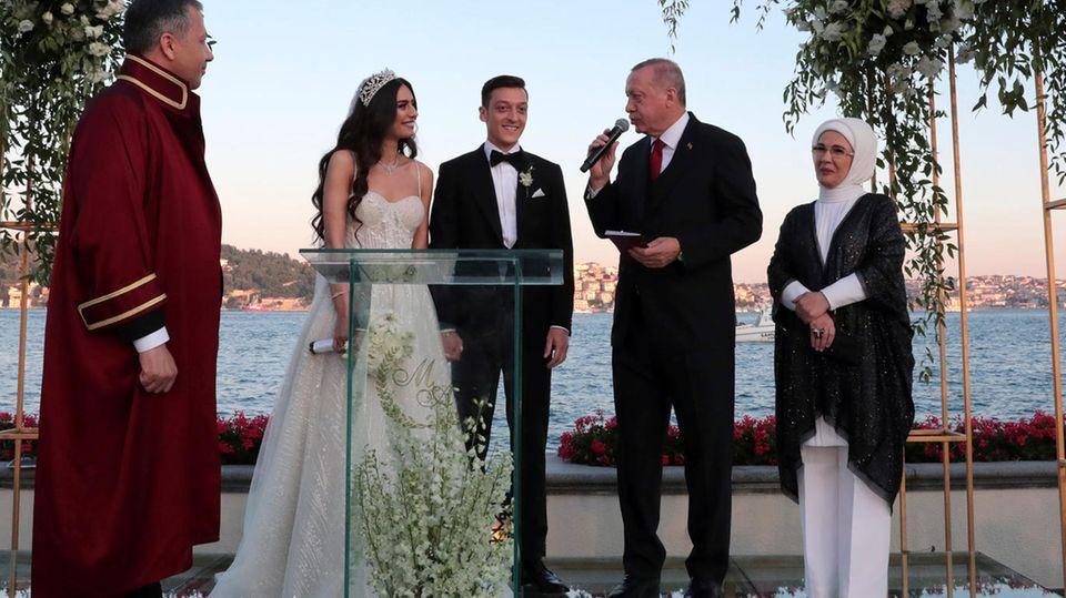 Recep Tayyip Erdogan (2.v.r), Präsident der Türkei, spricht auf der Hochzeit von Fußballer Mesut Özilund seiner Ehefrau, der Schauspielerin Amine Gülse (2.v.l). Im Hintergrund stehen Erdogans Ehefrau Emine (r.) sowie Ali Yerlikaya (l.), vorübergehender Bürgermeister von Istanbul.