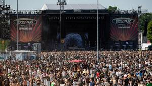 """Zahlreiche Besucher des Open-Air-Festivals """"Rock im Park"""" stehen vor der Hauptbühne"""