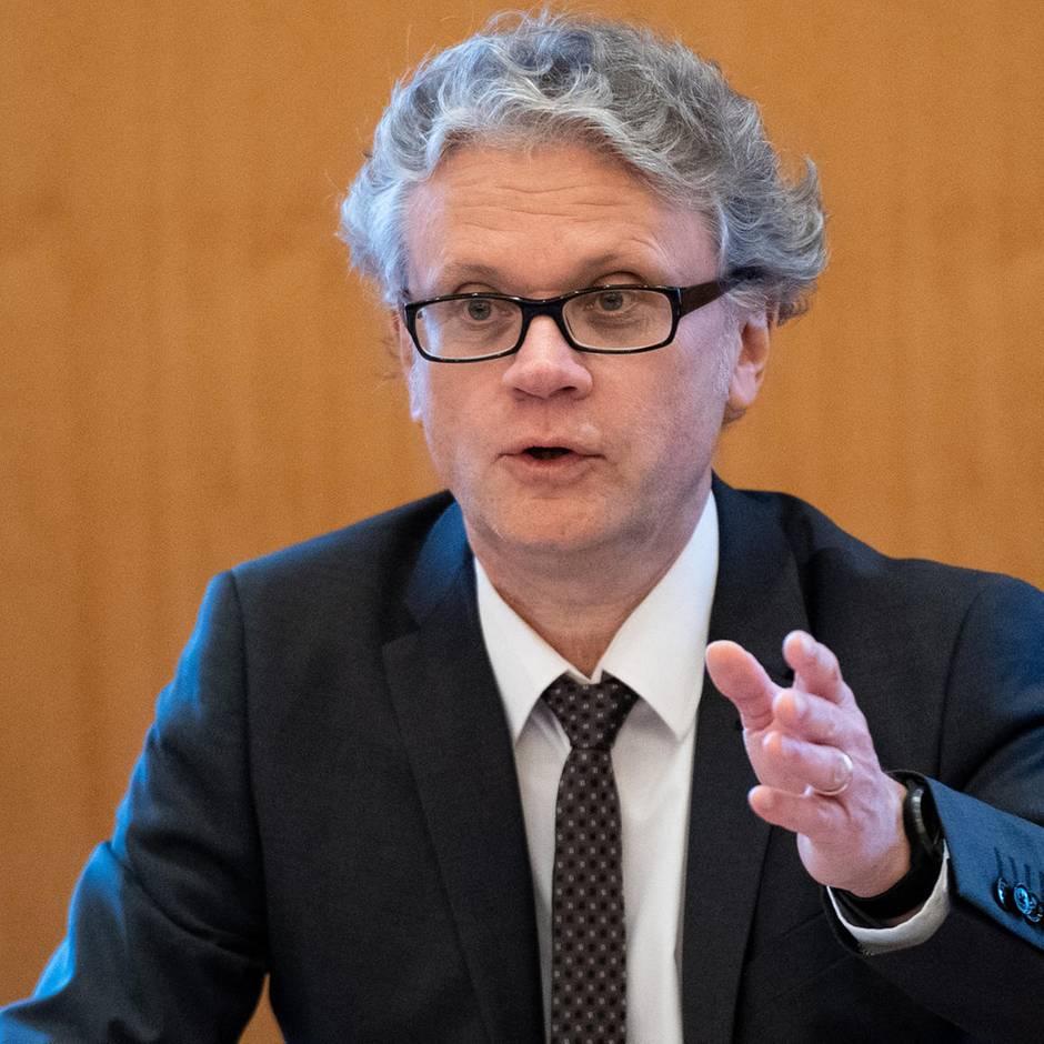 """Hamburgischer Beauftragter für Datenschutz: Johannes Caspar: """"Facebook steht das Wasser offenbar bis zum Hals"""""""