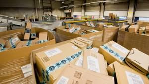 Pakete des Versandhändlers Amazon liegen in einem Paketzentrum von Deutsche Post und DHL in Hannover.