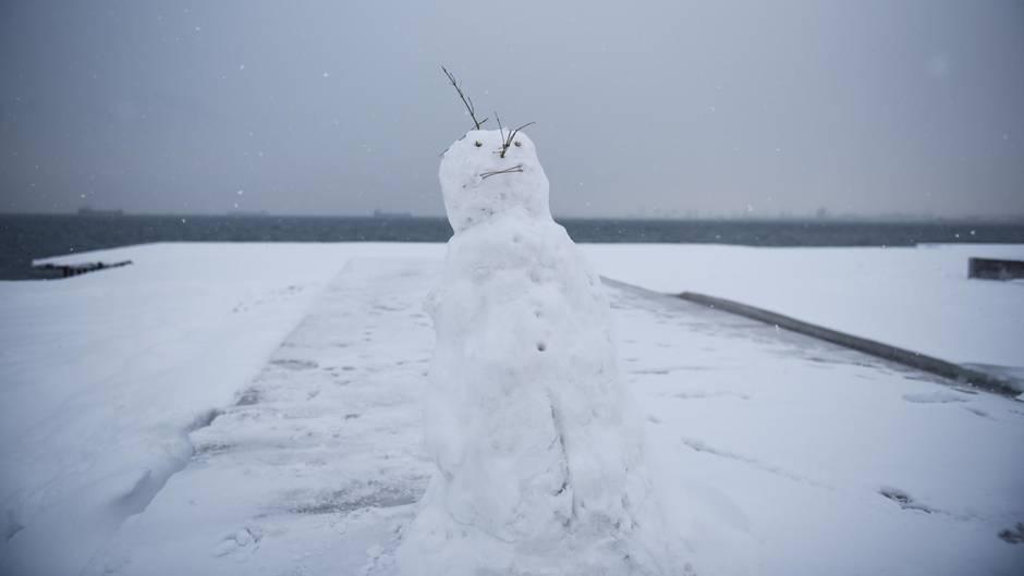 Ein Schneemann im verschneiten Thessaloniki