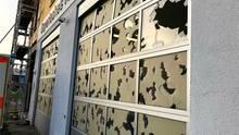 Kaputte Glasscheiben an den Toren der Rettungswache des Bayerischen Roten Kreuzes