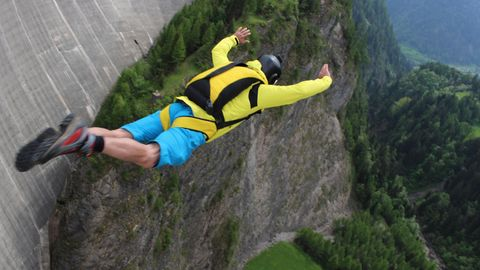 Basejumping: Ein Mann springt von einem Felsen