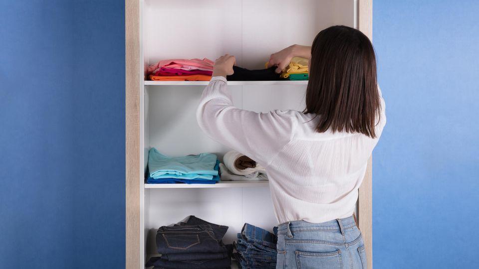 Kleidungsstücke falten und einem festen Ort im Kleiderschrank zuordnen