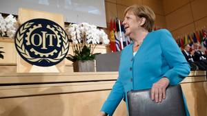 Angela Merkel, Bundeskanzlerin von Deutschland, kommt für ihre Rede zur Jubiläumskonferenz der Internationalen Arbeitsorganisation ILO im europäischen Hauptsitz der Vereinten Nationen.