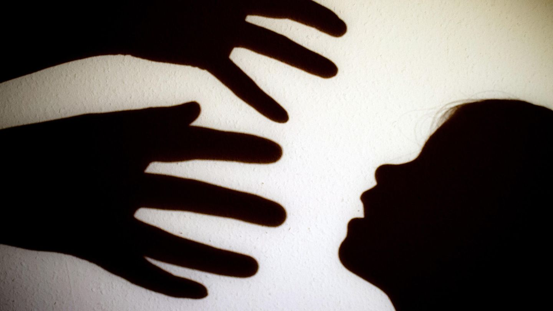 Den Befürwortern des Gesetzes geht es darum, Kindesmissbrauch (Symbolbild) zu verhindern. Gegner finden die regel unnötig grausam