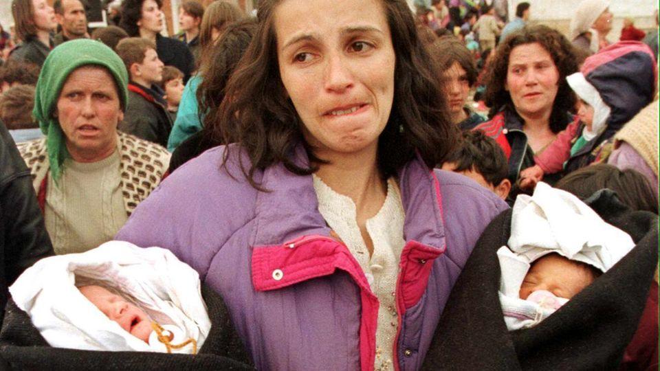 Kukes, 2. April 1999: Eine albanische Frau und ihre neugeborenen Kinder auf der Flucht