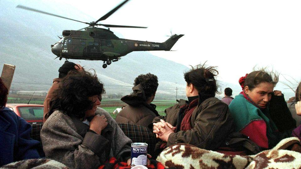 Grenze zu Albanien, 5. April 1999: Ein französischer Hubschrauber bringt Hilfsgüter für die Flüchtlinge.