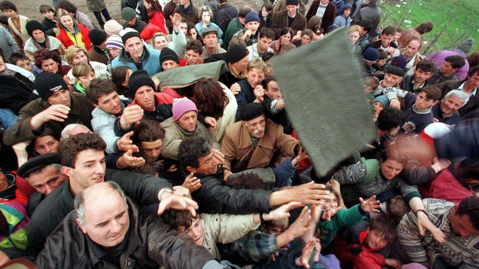 Kukes, 3. April 1999: Verzweifelt versuchen albansichstämmige Flüchtlinge Decken zu ergattern, die von einer Hilfsorganisation ausgegeben werden.
