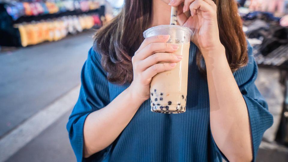 Eine Frau trinkt Bubble Tea