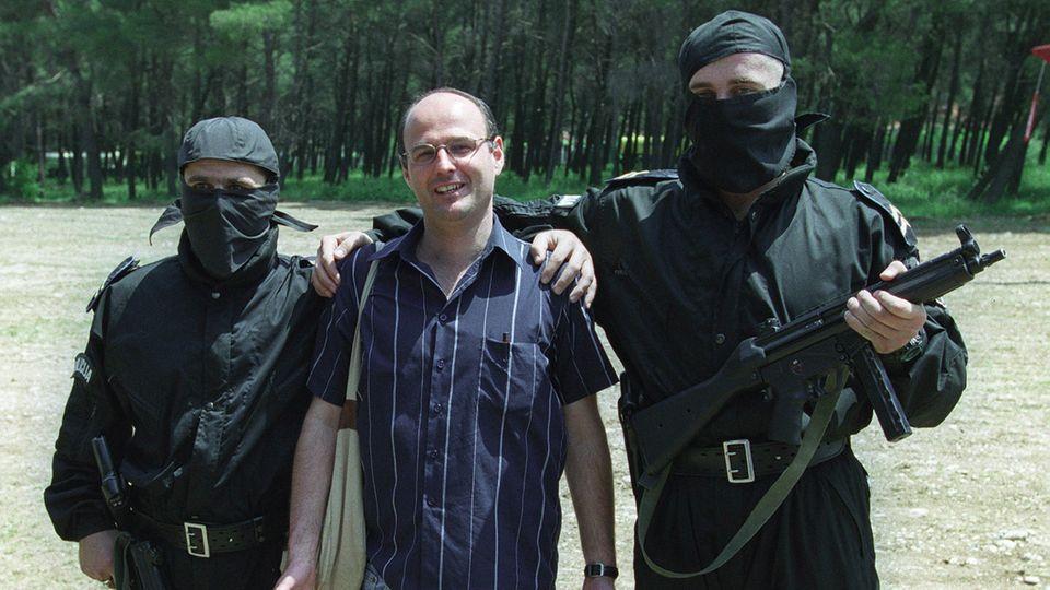 Gabriel Grüner mit Sonderpolizisten im montenegrinischen Podgorica. Er sehnte sich, den Krieg hinter sich zu lassen, doch wer ihn kannte, weiß, dass ihm der Abschied von der Krisenreportage schwer gefallen wäre.